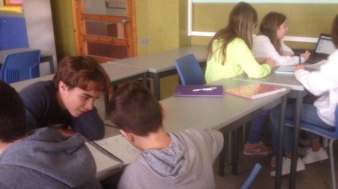 Alumnes de 1r d'ESO escollint un experiment pel Repte Experimenta - Foto: Adrià